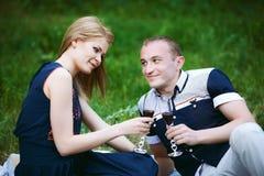 Пары держа стекла с вином Стоковая Фотография RF