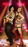 Пары диско играя гитару и поя стоковые изображения
