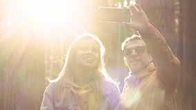 Пары друзей делают selfie на телефоне в лесе