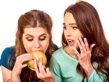 Пары едят гамбургер Друзья принимают фаст-фуд стоковые изображения rf