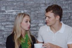 Пары едят совместно И конец влюбленности стоковое фото