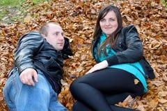 Пары лежа на листьях сушат Стоковое Изображение