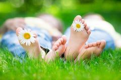 Пары лежа на траве Стоковые Изображения