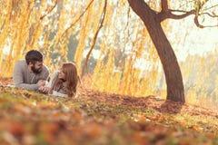Пары лежа на упаденных листьях Стоковое Изображение RF