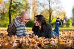 Пары лежа совместно на парке Стоковые Фото