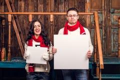 Пары держат размеры пустого шильдика различные Стоковая Фотография