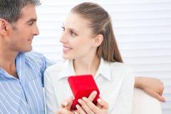 Пары держа кольцо коробки Стоковое фото RF