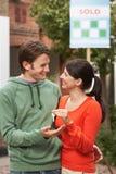 Пары держа новый домашний ключ Стоковое Изображение