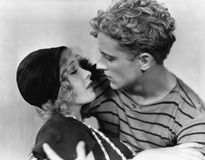 Пары держа один другого в влюбленности (все показанные люди более длинные живущие и никакое имущество не существует Гарантии пост Стоковые Фото