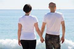 Пары держа один другого на пляже стоковые фотографии rf