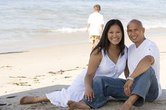 Пары держа руки идя на пляж Стоковые Фото
