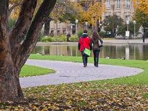 Пары держа руки на парке Стоковое Изображение RF