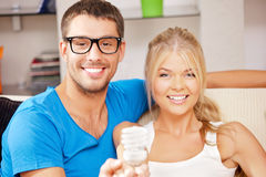 Пары держа энергосберегающий шарик стоковая фотография