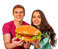 Пары есть быстро-приготовленное питание Гамбургер обслуживания человека и женщины стоковые изображения