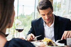 Пары есть в ресторане Стоковые Фото