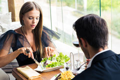 Пары есть в ресторане Стоковое Изображение