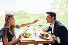 Пары есть в ресторане Стоковое Фото
