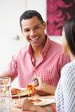 Пары есть еду совместно дома Стоковое Изображение