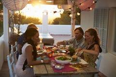 2 пары есть обедающий на таблице на террасе на крыше Стоковая Фотография