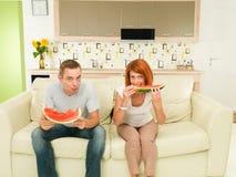 Пары есть очень вкусный арбуз Стоковые Изображения RF