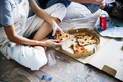 Пары есть пиццу во время пролома Стоковые Изображения