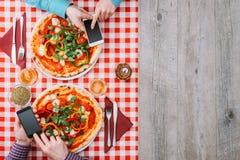 пары есть пиццу Стоковая Фотография
