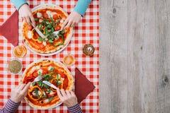 пары есть пиццу Стоковые Фото