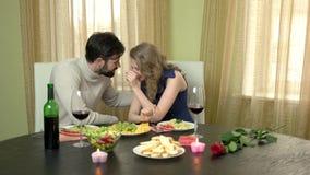 Пары есть спагетти и смеяться над видеоматериал