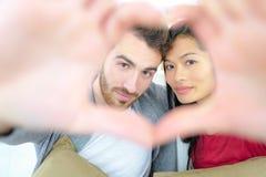 Пары делая знак сердца Стоковые Фотографии RF