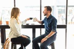 Пары делая здравицу с кофе Стоковые Фотографии RF
