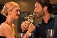 Пары делая здравицу с шампанским Стоковое Фото