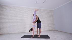 Пары делая йогу в студии видеоматериал