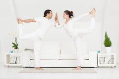 Пары делая йогу Стоковое фото RF