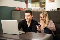 Пары делая некоторые онлайн покупки Стоковая Фотография