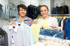 Пары делая покупки на магазине одежды Стоковая Фотография RF