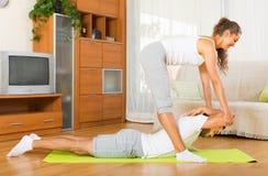 Пары делая регулярные физические упражнения совместно стоковые изображения