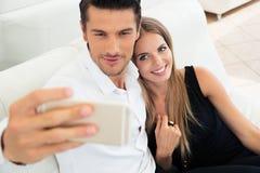 Пары делая фото selfie на smartphone Стоковые Фотографии RF