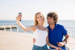 Пары делая фото selfie на smartphone outdoors Стоковое Изображение