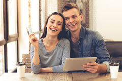 Пары делая ходить по магазинам онлайн Стоковое Фото