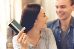Пары делая ходить по магазинам онлайн Стоковая Фотография RF