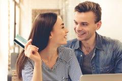 Пары делая ходить по магазинам онлайн Стоковые Фото