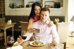 Пары делая selfie в кафе Стоковые Изображения RF