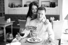 Пары делая selfie в кафе Стоковые Фото
