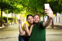 Пары делая selfie в парке Стоковая Фотография RF