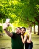 Пары делая selfie в парке Стоковые Фотографии RF