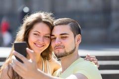 Пары делая selfie на улице стоковая фотография rf