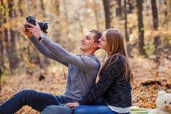 Пары делая selfie Стоковые Изображения RF