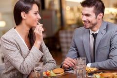 Пары дела наслаждаются в обеде на ресторане Стоковые Фотографии RF