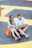 Пары дела работая outdoors на земле вертодрома Стоковое Фото