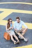 Пары дела работая outdoors на земле вертодрома Стоковая Фотография RF